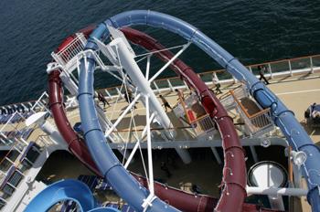 Die steilsten Rutschen auf See gehören zu den Neuerungen auf der NORWEGIAN BREAKAWAY (Foto: pg)