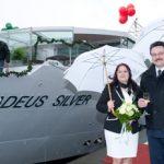Taufpatin Doris Heger, ein Mitglied der Familie Lüftner, und Kapitän Fabien Stein bringen die AMADEUS SILVER in Fahrt (Foto: Lüftner Cruises)