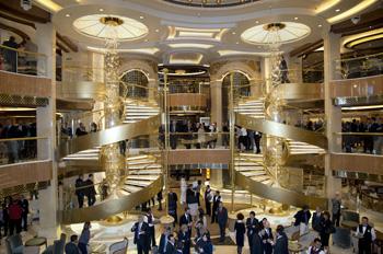 Das um rund 50 Prozent vergrößerte Atrium bietet viel Raum zum Flanieren und Dinieren (Foto: Fincantieri)