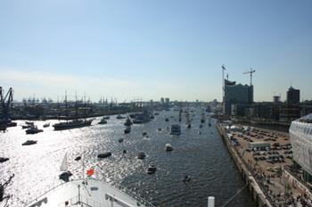 Viel los im Hamburger Hafen - ein neuer Kreuzfahrtterminal muss her (Foto: pg)