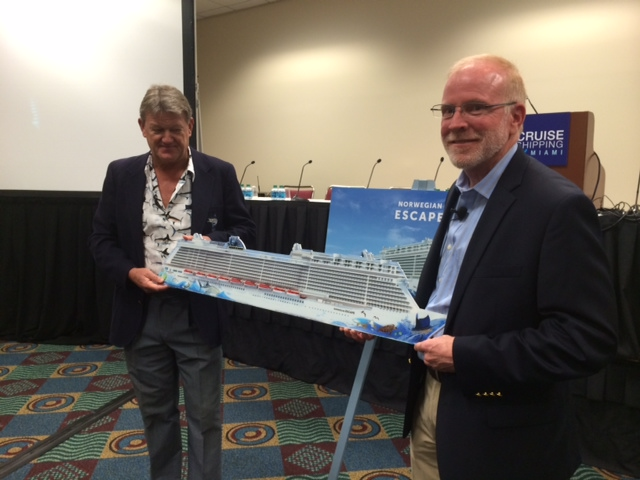 Guy Harvey (lks.) und Norwegian-CEO Kevin Sheehan präsentieren das Design der NORWEGIAN ESCAPE (Foto: pg)