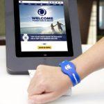 Neue Armbänder mit Radio-Frequenz-Identifizierung ermöglichen die kartenlose Bezahlung und dienen als Kabinenschlüssel (Foto: Royal Caribbean)