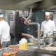 Crewmitglieder in der Küche eines Kreuzfahrtschiffes