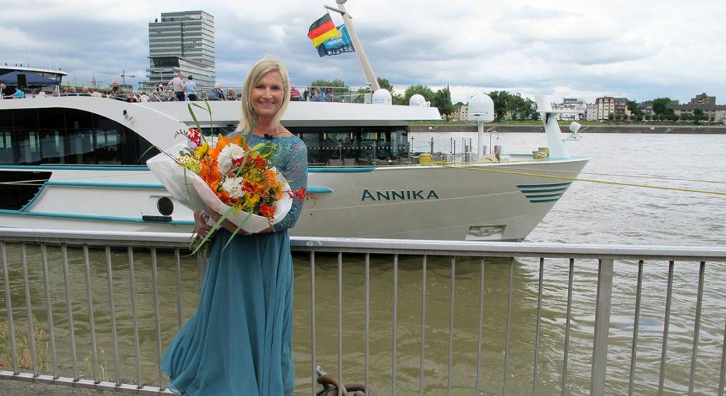 Die langjährige Phoenix-Mitarbeiterin Barbara Weyden hat das Flussschiff ANNIKA in Köln getauft (Foto: Phoenix Reisen)